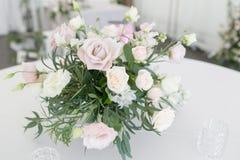 与陶器和花的美好的桌设置党、结婚宴会或者其他欢乐事件的 玻璃器皿和 免版税库存图片