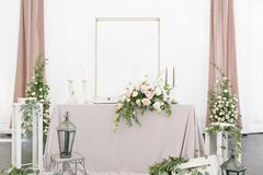 与陶器和花的美好的桌设置党、结婚宴会或者其他欢乐事件的 玻璃器皿和 免版税图库摄影