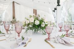 与陶器和花的美好的桌设置党、结婚宴会或者其他欢乐事件的 玻璃器皿和 库存图片