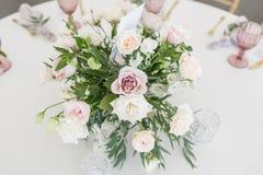 与陶器和花的美好的桌设置党、结婚宴会或者其他欢乐事件的 玻璃器皿和 图库摄影