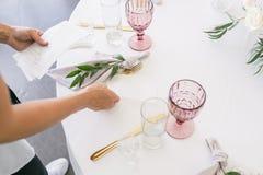 与陶器和花的美好的桌设置党、结婚宴会或者其他欢乐事件的 玻璃器皿和 库存照片