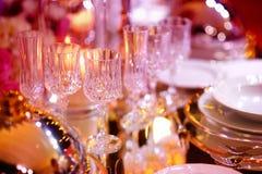 与陶器和花的美好的桌设置党、结婚宴会或者其他欢乐事件的 免版税库存图片