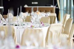 与陶器和花的美好的桌设置党、结婚宴会或者其他欢乐事件的 图库摄影