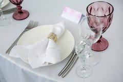 与陶器的美好的桌设置党、结婚宴会或者其他欢乐事件的 玻璃器皿和利器承办宴席的前夕的 免版税库存图片