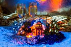 与陶瓷客舱、蜡烛、酒杯和圣诞节装饰的圣诞节安排。 库存图片