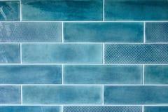 与陶瓷砖的蓝色背景 库存照片