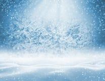 与随风飘飞的雪的冬天背景贺卡的 库存照片