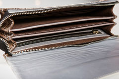 与隔间和拉链的钱包袋子 库存照片