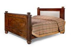 与隔绝的桃花心木古色古香的床与夹子道路 免版税库存照片
