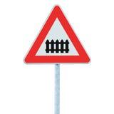 与障碍或门前面路标的平交路口,被隔绝的路标和交通标志,大详细的特写镜头 图库摄影