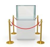与障碍绳索的空的玻璃陈列室 免版税库存图片