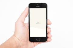 与雅虎新闻文摘app的IPhone 5s 免版税库存照片