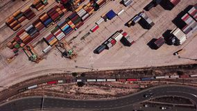 与集装箱船的工业货物区域在口岸的船坞,鸟瞰图 股票录像