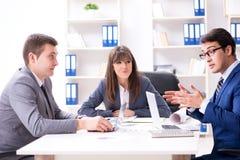 与雇员的业务会议在办公室 免版税库存图片