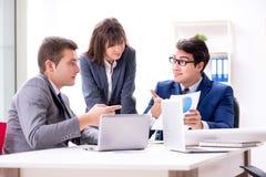 与雇员的业务会议在办公室 免版税图库摄影
