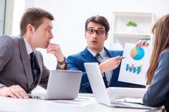 与雇员的业务会议在办公室 免版税库存照片