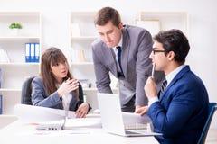与雇员的业务会议在办公室 图库摄影