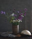 与雏菊的静物画 免版税库存照片