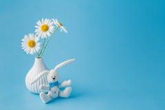 与雏菊花束的自创玩具兔子开花 库存图片