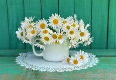 与雏菊花的静物画在白色杯子 免版税图库摄影