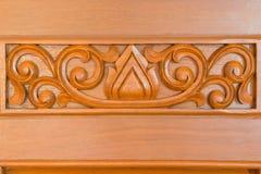 与雕刻的木门手工制造特写镜头 免版税库存照片