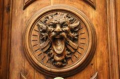 与雕刻的老木门以monste的头的形式 免版税库存图片