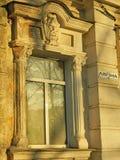 与雕刻的装饰的窗口 免版税库存图片