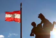 与雕象的奥地利旗子 免版税图库摄影