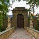 与雕象的闭合的城堡门在每边 免版税库存照片