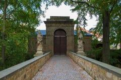 与雕象的闭合的城堡门在每边 免版税图库摄影