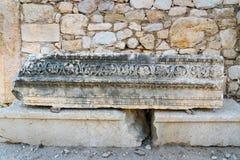 与雕刻的石头在大街上在古老Lycian市Patara 火鸡 图库摄影