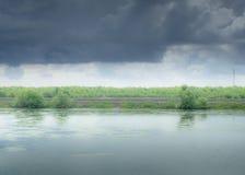 与雨、秋天颜色和黑暗的云彩的风暴日 免版税库存照片