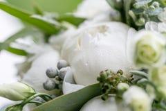 与雨下落的婚礼花束 早晨婚礼之日在夏天 美好的混合白色牡丹和玉树 免版税库存照片