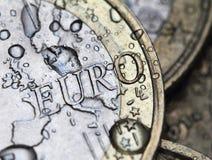 与雨下落的欧洲硬币细节 免版税库存图片