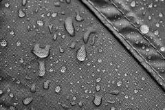 与雨下落的防水帐篷板料 库存照片