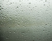 与雨下落的绿色颜色窗口 免版税库存照片
