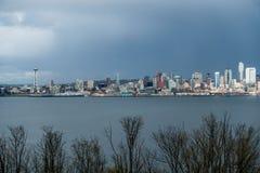 与雨云的西雅图都市风景 免版税库存图片