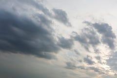 与雨云的黑暗的阴暗天空在雷暴前 库存图片