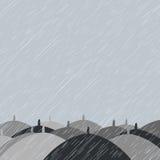 与雨和伞的秋天背景 免版税库存图片
