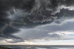 与雨的接近的动乱的预兆在海 免版税图库摄影