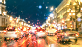 与雨的Defocused抽象高峰时间在晚上下降 库存图片