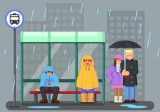 与雨衣伞的逗人喜爱的漫画人物在雨和等待公共汽车下 免版税库存照片