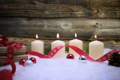 与雪、光、礼物、红色丝带、杉木和中看不中用的物品的圣诞节背景 免版税图库摄影