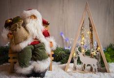 与雪、圣诞老人、杉树和xmas光的圣诞节装饰品 免版税库存图片