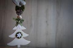 与雪、杉木锥体和绿色丝带的圣诞节装饰品 库存图片