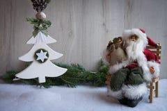 与雪、杉树和圣诞老人的圣诞节装饰品 免版税库存照片