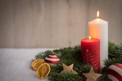 与雪、杉树和蜡烛的圣诞节装饰品 免版税库存图片