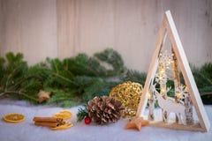 与雪、杉树和xmas光的圣诞节装饰品 免版税库存照片