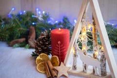 与雪、杉树和xmas光的圣诞节装饰品 免版税图库摄影