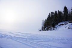 与雪上电车轨道的雪平原 库存图片